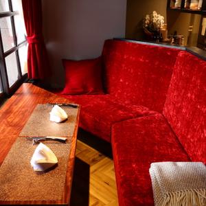 【雰囲気抜群◎なソファ席】ベルベットのソファーが大人な雰囲気。ゆったりお食事を楽しみたい方に◎落ち着いた店内はデート・女子会・記念日に最適です♪ト