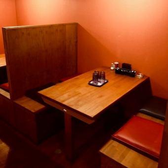 仕切りがあるボックス席は2人名様~でお使いいただけます