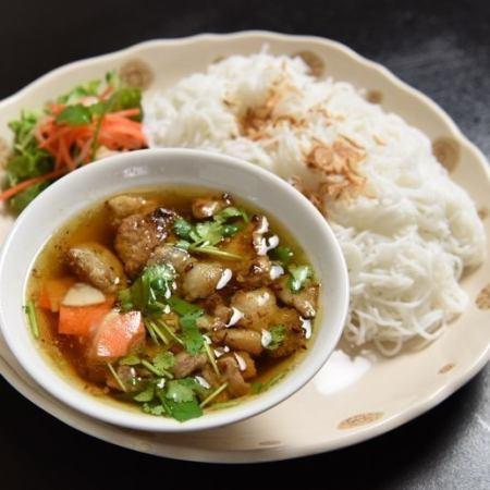 魚のビーフン / ハノイ風つけ麺(パクチー入り) / エビみそビーフン(揚げ豆腐&豚肉付き)