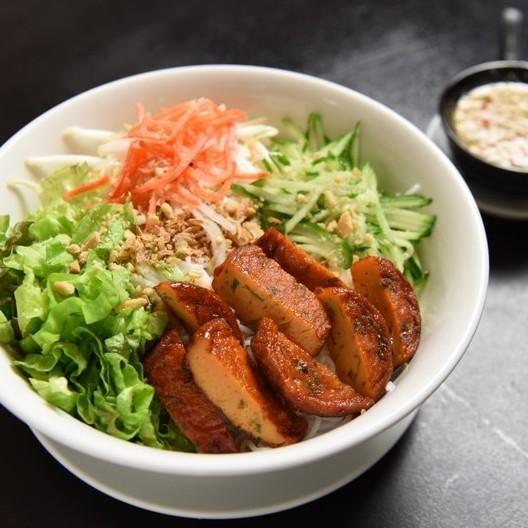 サラダ&揚げ春巻きのせビーフン / ピり辛魚さつま揚げのビーフン