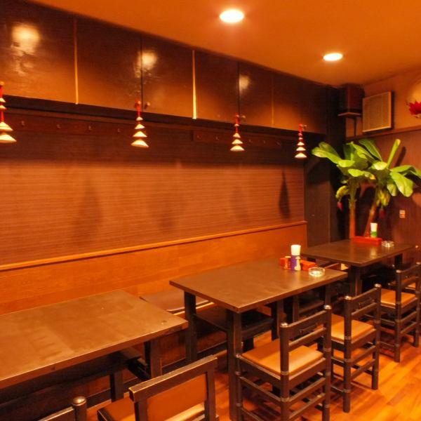 店内に入って左側が喫煙可能のフロア。4人掛けのテーブル席をご用意しております。テーブルを繋げて最大12名収容可能。コースも充実しておりますので宴会やパーティ利用にもぜひ!