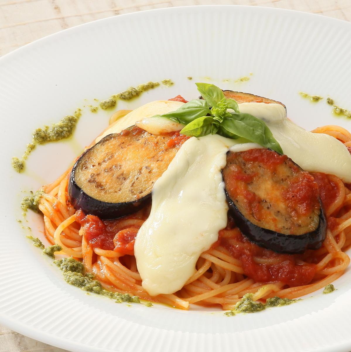 茄子和莫扎里拉罗勒的番茄酱意大利面