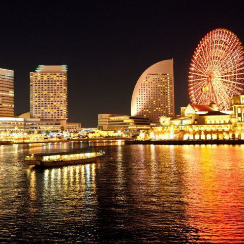 Fireworks from the ship and the night view of Yokohama are luxurious moments ♪