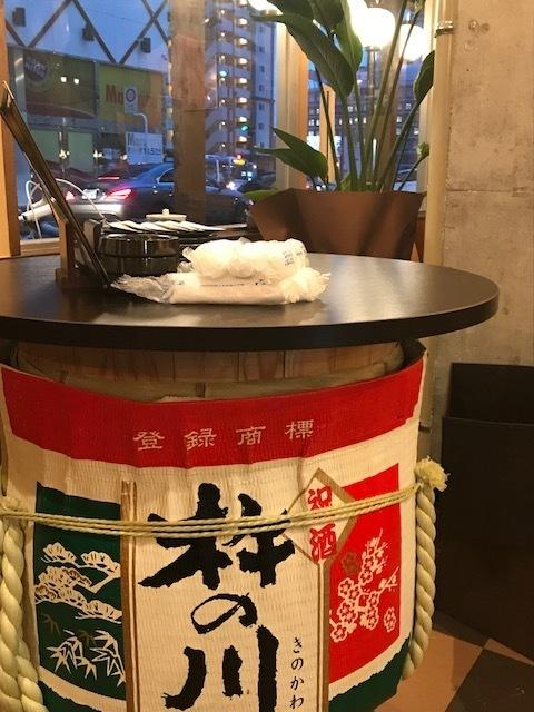 這是一個使用桶的站立式飲酒座椅♪當您想要喝酒並回家工作時,您的座位會喝酒是安全的。◎