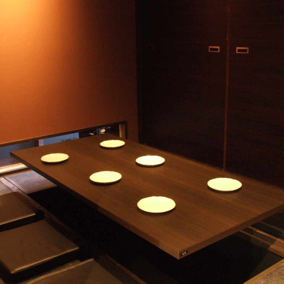 It is a seat for 6 people who is best suited for banquets such as girls' association, alumni association and company drinking party.The seats are spreading more relaxedly and are digging to relax and relax.It is also a private room so you can enjoy it without worrying about the surroundings.It is a tavern of Sugo from Hiroshima Station.