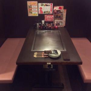 広々使えるテーブル席。少人数の飲み会にお使いいただけます◎