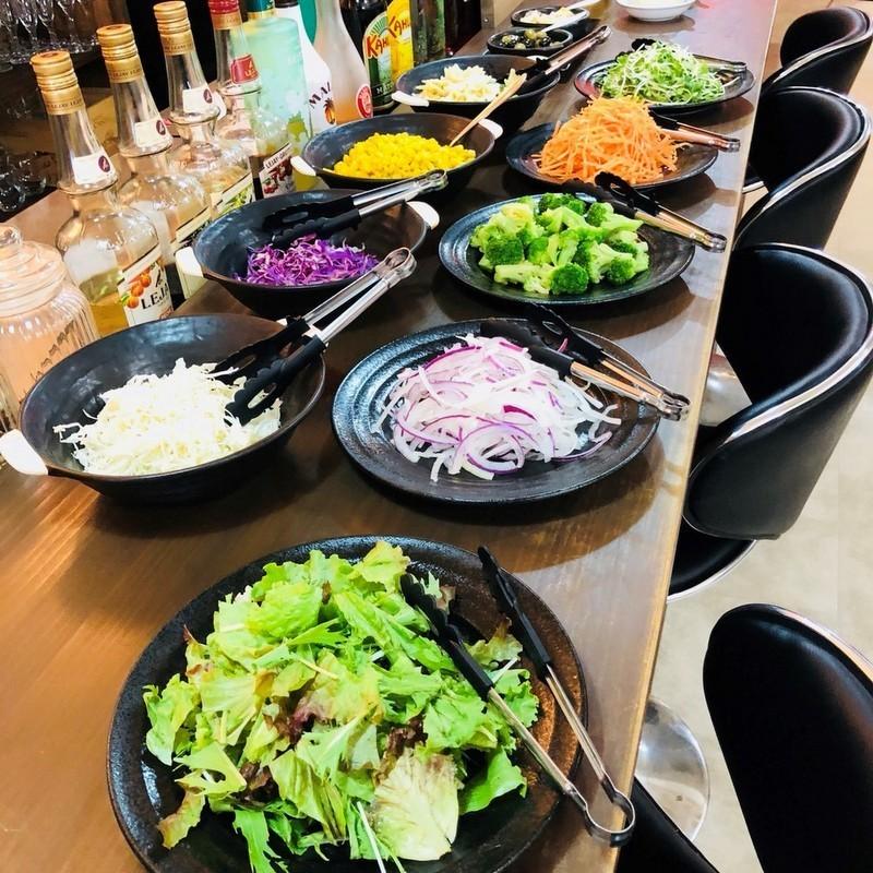 午餐时间配有沙拉吧!