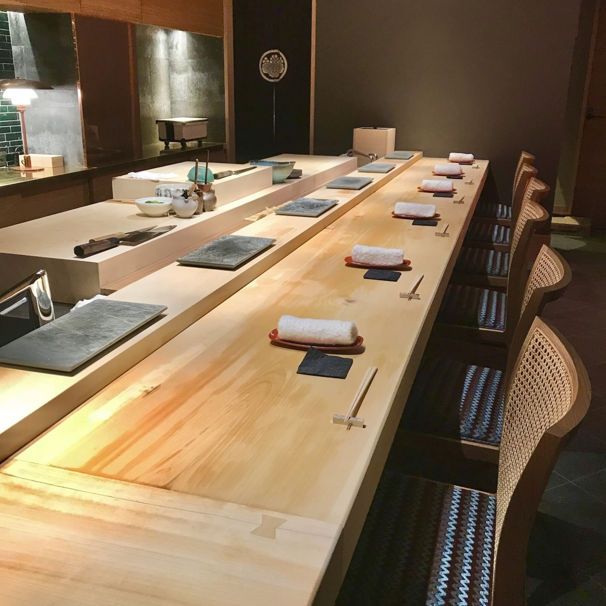 A modern interior with sense.Please relax with peace alone.Counter seats can enjoy the general skills in front of you.