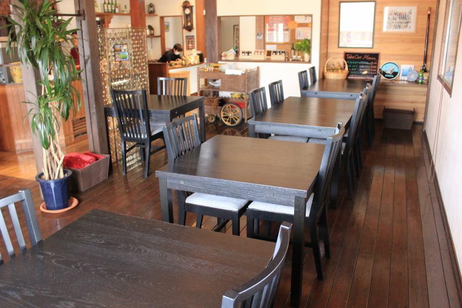 木を基調とした店内。落ち着いた雰囲気の店。記念日などにも利用可能。ウッドデッキもあり、開放的な空間に。
