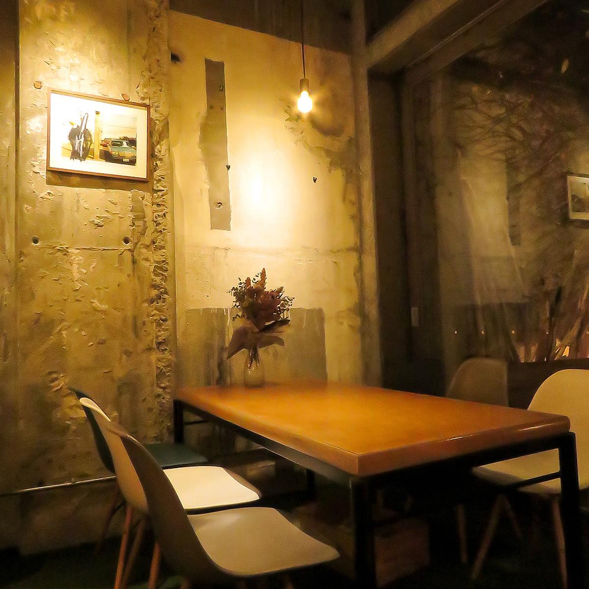 享受菜餚,與時尚的桌椅聊天,照亮溫暖的燈光♪