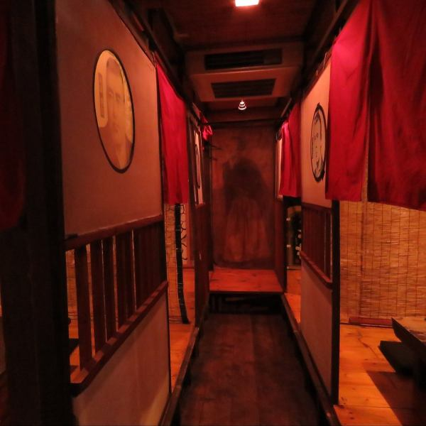 Inside a shop filled with calm atmosphere.On the upper part of the counter there is a photo of a volunteer at the end of the Bakumatsu! The face of a historical figure is drawn at the entrance of each room, and each table has a name of a priest.