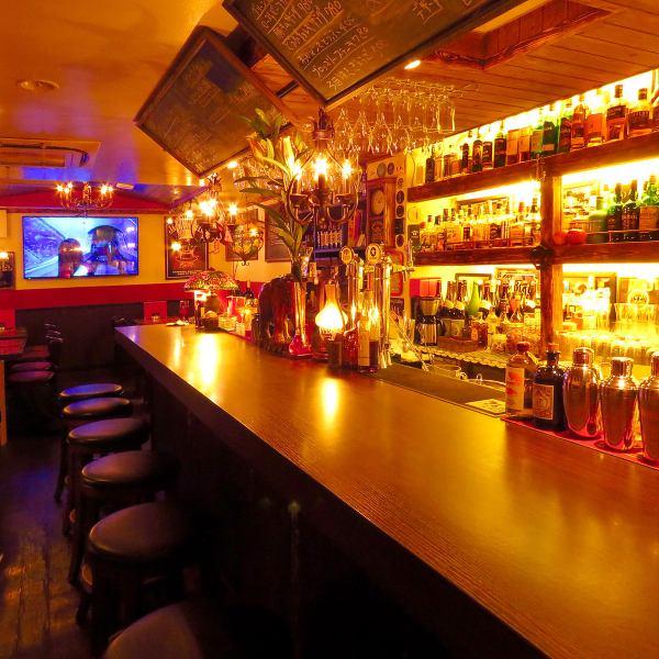 カウンター越しの棚にズラッと並ぶお酒の種類に驚きと感動♪バーテンダーのオーナーに、お好みを伝えればお客様にピッタリなお酒をご用意!フレッシュフルーツを使った本格カクテルから、珍しいウィスキーやブランデーまで豊富に取り揃え★心地良いダウンライトの下で、美味しいお酒をゆっくりご堪能ください♪