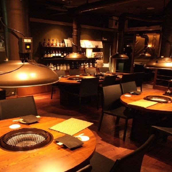 It is a unique and calm space with coordination based on wooden round table and black.Roundtable can be used in various scenes.For girls' associations, dates, family meals, etc., a round table with a soft, homey atmosphere is best.You can use from 4 to 8 people.