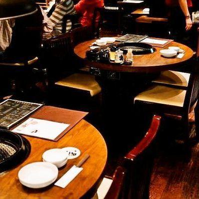 コンパクトな円卓のテーブル席は和気藹々とお肉を楽しんでいただけます!!4名