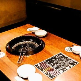 木のぬくもりあるテーブルになっております。4名 テーブル席