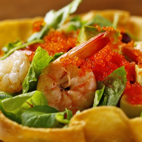 Delicious salad ♪ also to women's meetings ◎ 680 yen to eat every vessel made with tortilla dough [shrimp and flavor salad of avocado]