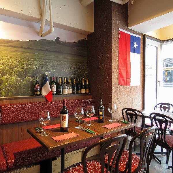 【テーブル席】まるで外国にいるような気分になれる店内は居心地抜群!テーブル席は広々としていて、お子様連れのご家族様にもおすすめです♪種類豊富なワインと絶品お料理をぜひご堪能ください!!