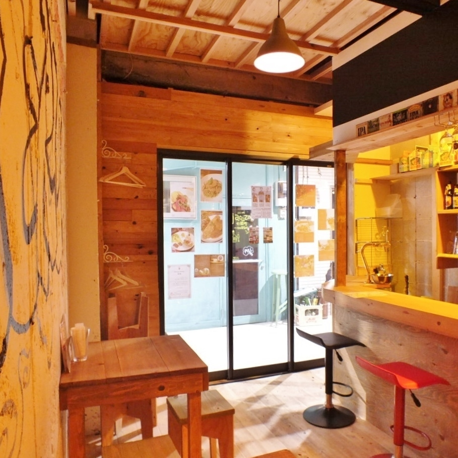 【NEW SPACE】 Space with open feeling ♪ The inside of the store is handmade by the owner! It is a calm space with warm lighting and warmth of wood ♪
