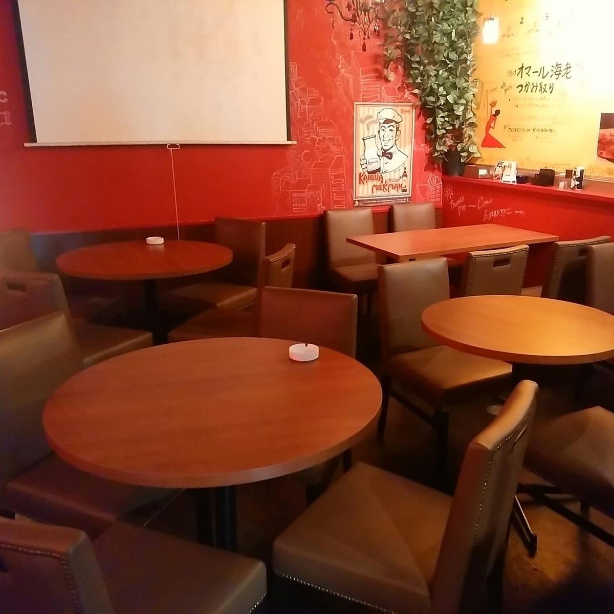 店内奥のテーブル席。入口からは見えていませんので、入ってみてびっくり!!結構広いですよ(^^)/