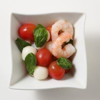 蒸汽虾和迷你番茄珍珠奶酪的卡普雷塞