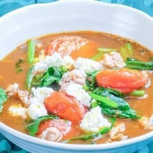 猪肉sha锅咖喱配绿色蔬菜和西红柿