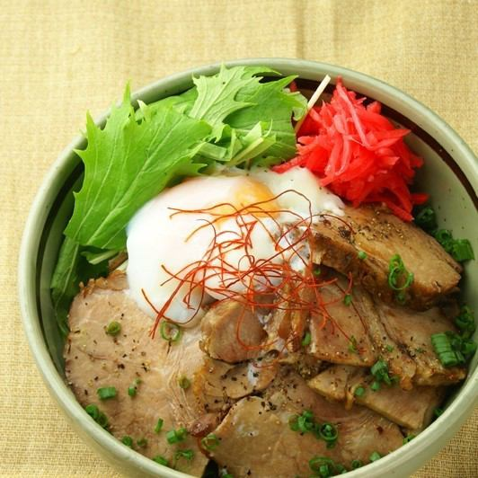 온천 달걀 구운 돼지 고기 밥
