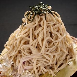Cold soba noodles with dipping sauce / temperature buckwheat