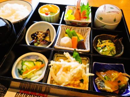 "A lunch ""Seasonal daytime meal"" which is popular among locals as well as customers outside the prefecture.You can enjoy nine small tastes."
