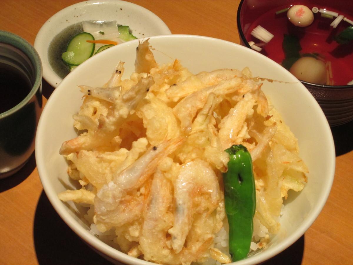 흰색 えびかき 튀김 덮밥