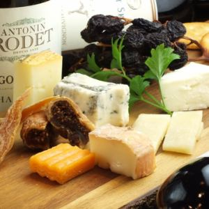 Assorted cheese and dried fruits