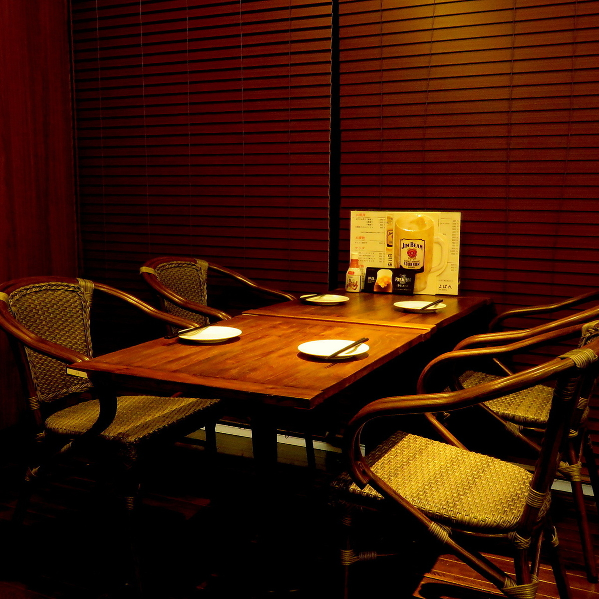 Prepare a stylish table seat with woodgraining.Please use it for date and girls' association.