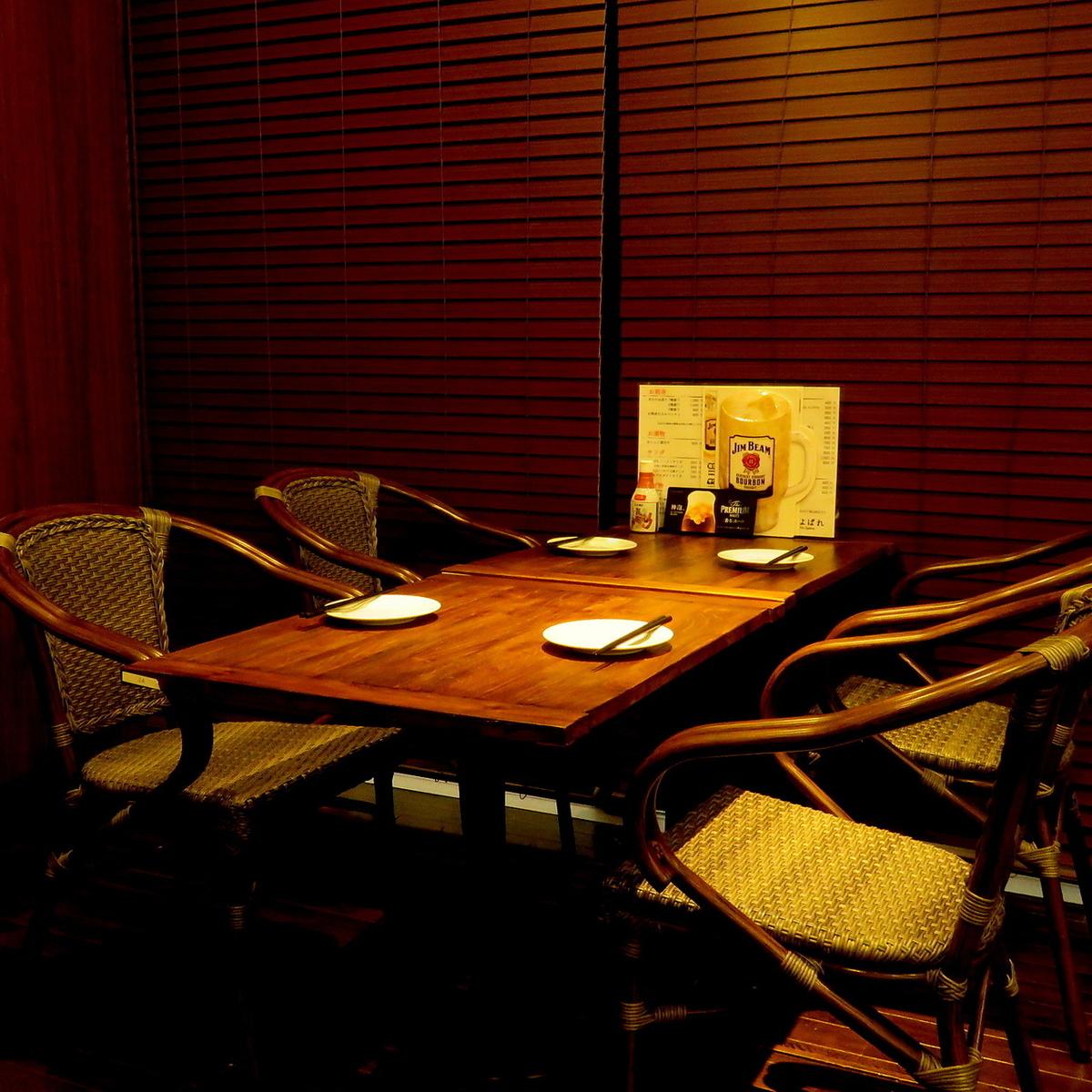 木目調がおしゃれなテーブル席をご用意。デートや、女子会にもご利用下さい。