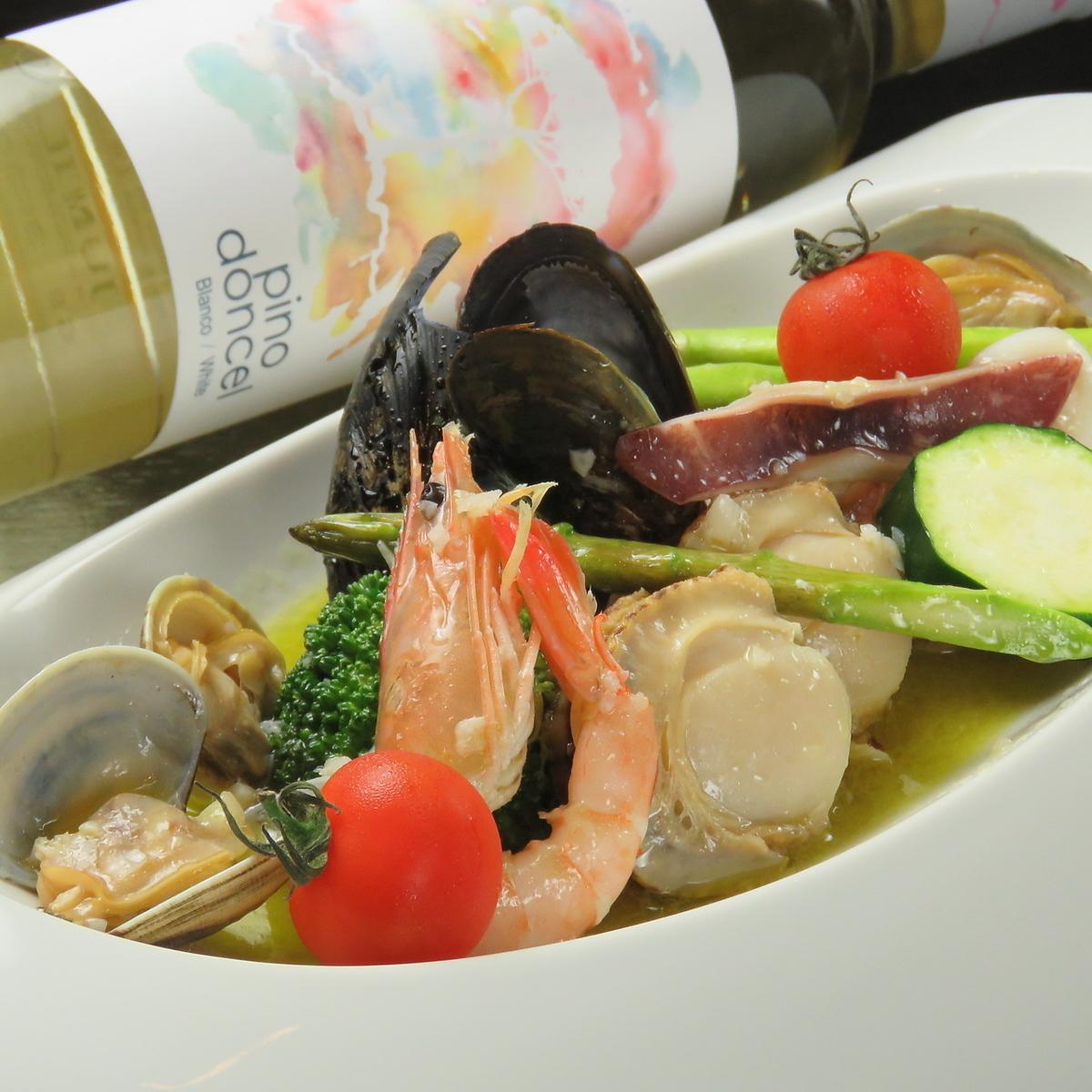 蒸瀨魚芝海鮮和大量的蔬菜白葡萄酒