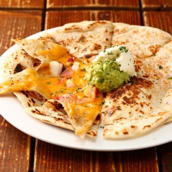 メキシカン海鮮チーズの挟み焼き ワカモレとサワークリーム添え