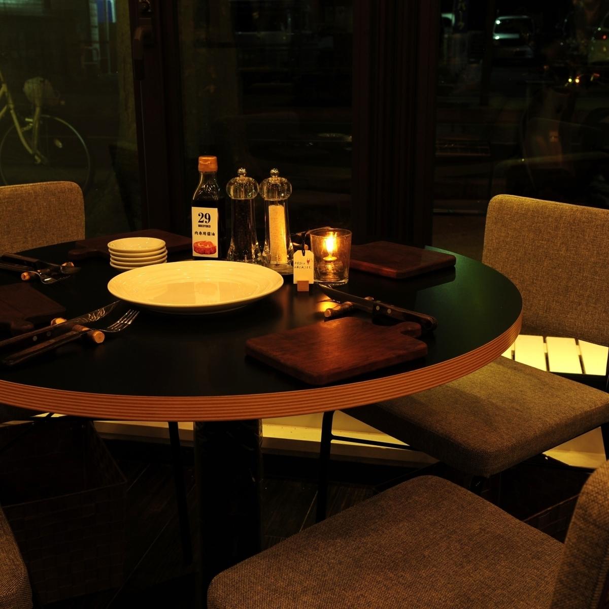 4名グループのお客様へのオススメは窓際にある1席のみの丸テーブル席!けやき通りを眺めながら爽やかにお楽しみいただけます!