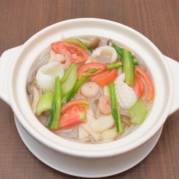 当店人気の絶品料理!海鮮ビーフン土鍋!池袋で気軽に中華が味わえるお店。ぜひご来店の際はご賞味下さい。