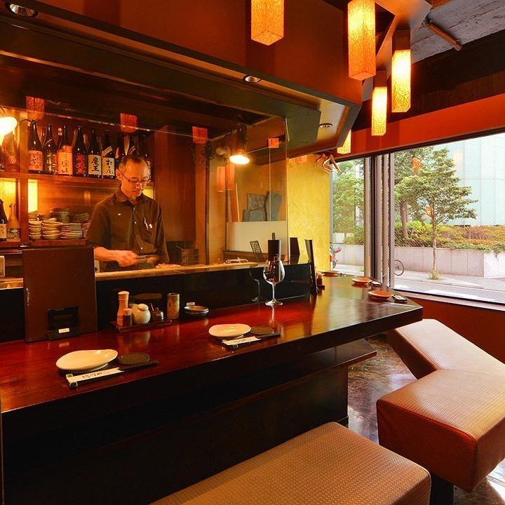 【1至11人】一个充满活力的柜台座位,在开放式厨房前,您可以看到烧焦的价格自豪的场景。