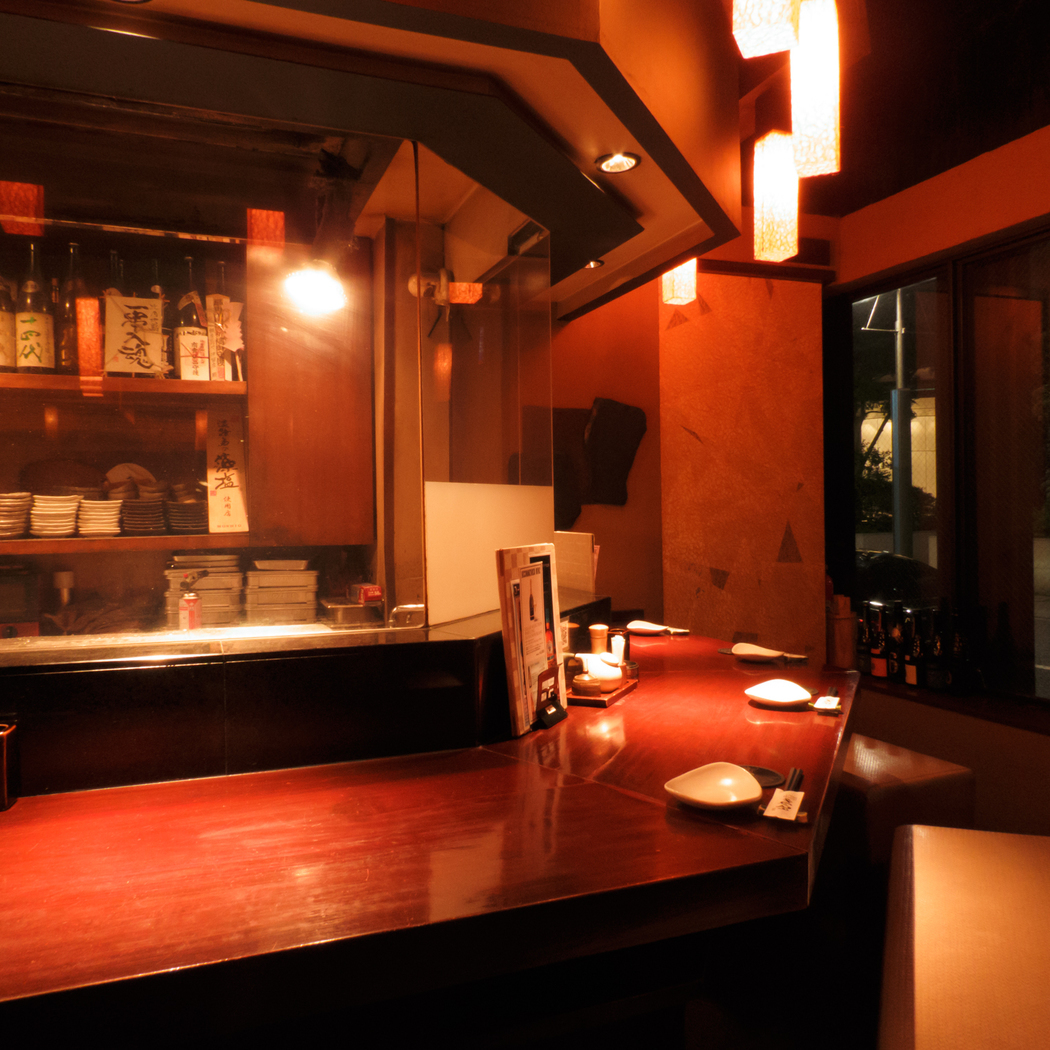 【1~11名様】オープンキッチンを目の前に、自慢の比内地鶏を焼く場面も見られる躍動感あるカウンター席。