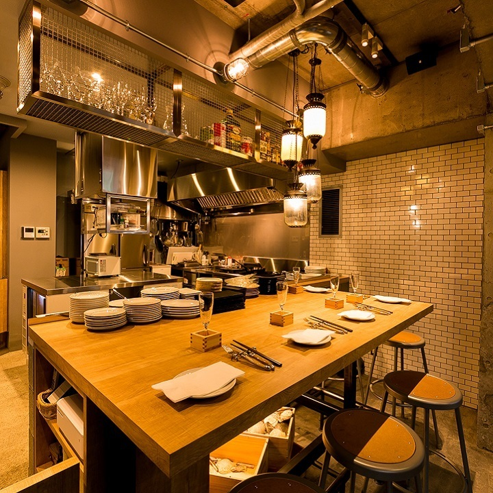【Big Table】 It is a table seat with high counter style that is full of live feeling, you can see how the chef is cooking in the open kitchen.