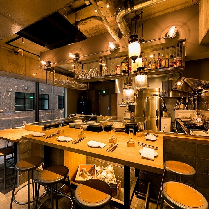 Counter seats where you can enjoy your meal while watching cooking scenery are good for stopping by on the way back from the company, of course you can use it in a wide range of scenes including anniversary, date, couple dining.