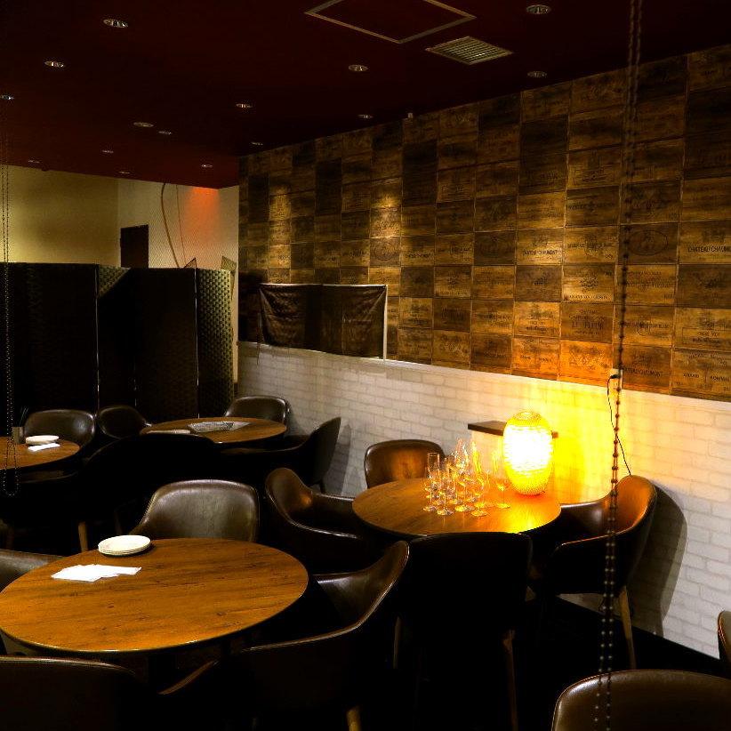流行的座位是預訂必不可少的!室內照明閃亮平靜的間接照明是成人的現代空間。我們有足夠的座位,如可供小團體和團體使用的座位,團體可以面對面交流!