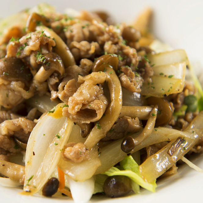 蘑菇和牛肉烤肉烤沙拉