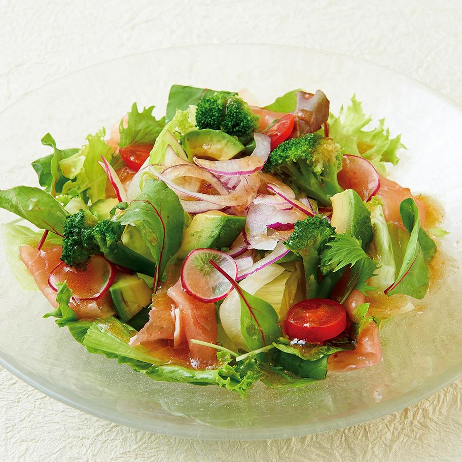 牛油果和生火腿的綠色沙拉