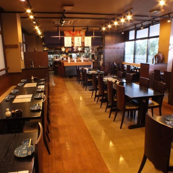 Lively bustling feeling of Tsukiji! The lively staff will do hospitality.The interior without a partition is spacious and you can relax and enjoy your meal.