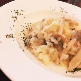 与熏制的鸡和菠菜的奶油色意大利煨饭