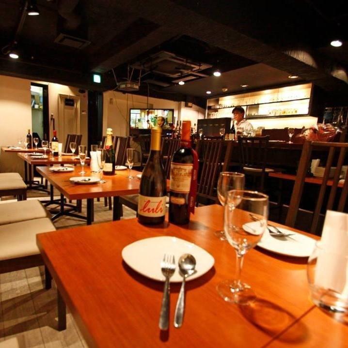 느긋하게 앉아 테이블 석은 1 번 인기! 커플, 친구들과 다양한 장면에서 사용하실 수 있습니다 ☆ 엄선 된 요리와 술을 마음껏 즐기세요.