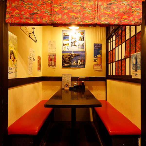 2名~4名ならこの半個室風席。まわりを気にせずゆったり沖縄気分で♪