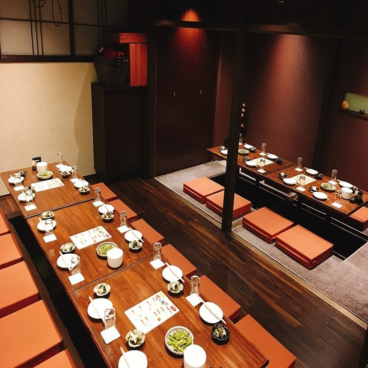 """可以出租宴會派對!它可以用作寬敞的空間,因為你可以拆除分隔線我們正在準備一個適合各種宴會的私人房間。如果您想在Nishi Umeda享用私人晚宴,您絕對可以擁有""""Japanese Shokuei""""!日式私人房間,可用於娛樂★我們也有包房和團體的私人房間。"""