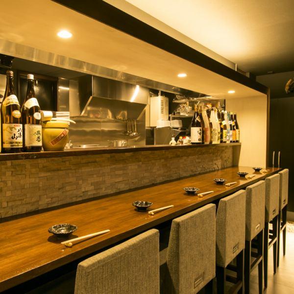 """櫃檯有6個座位。它是兩個人/一個人的理想座位我們正在準備一個適合各種宴會的私人房間。如果您想在Nishi Umeda享用私人晚宴,您絕對可以擁有""""Japanese Shokuei""""!日式私人房間,可用於娛樂★我們也有包房和團體的私人房間。"""