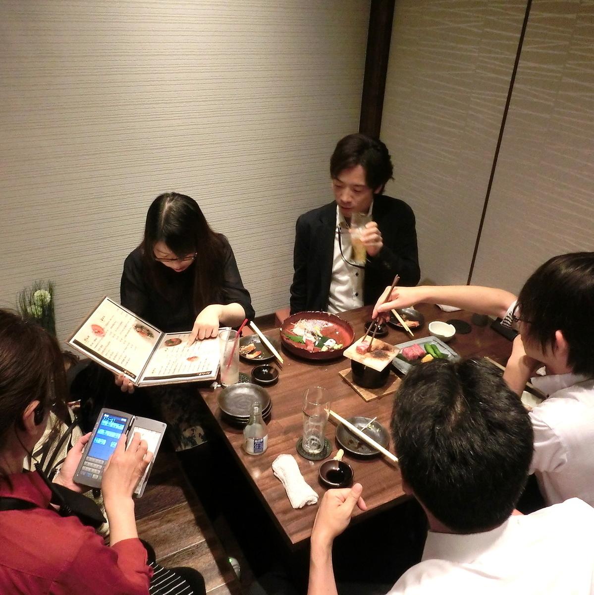 """【私人房間使用場景】我們正在準備一個適合舉辦各種宴會的私人房間,非常適合舉辦宴會,最多可容納10人。如果您想在Nishi Umeda享用私人晚宴,您絕對可以擁有""""Japanese Shokuei""""!日式私人房間,可用於娛樂★我們也有包房和團體的私人房間。"""